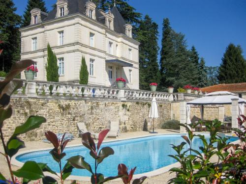 Dignac Chateau Sleeps 10 Pool WiFi : Hebergement proche de Saint-Germain-de-Montbron