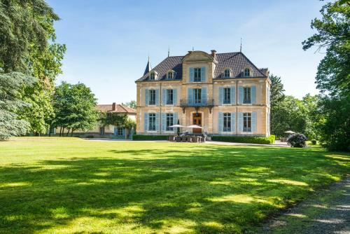 La Pacaudiere Chateau Sleeps 20 Pool WiFi : Hebergement proche de Saint-Martin-du-Lac