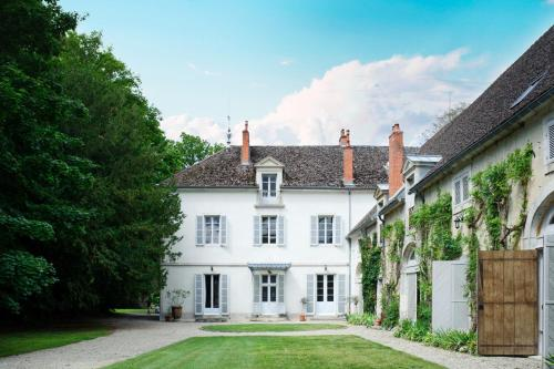 Levernois Chateau Sleeps 20 Pool Air Con WiFi : Hebergement proche de Palleau