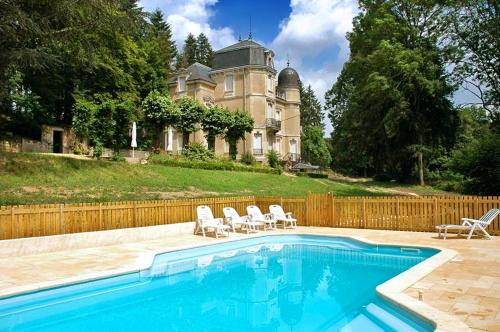 Saint-Martin-de-Commune Chateau Sleeps 32 Pool WiFi : Hebergement proche de Morlet