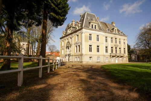 Hallines Chateau Sleeps 26 WiFi : Hebergement proche de Saint-Momelin