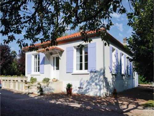 Three-Bedroom Holiday Home in Bassillac : Hebergement proche de Sarliac-sur-l'Isle