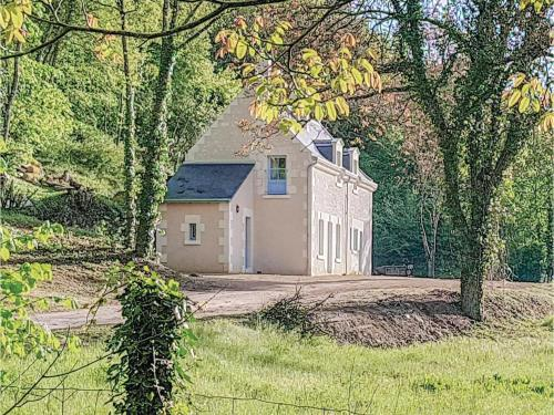 Two-Bedroom Holiday Home in Cravant les Coteaux : Hebergement proche de Lémeré