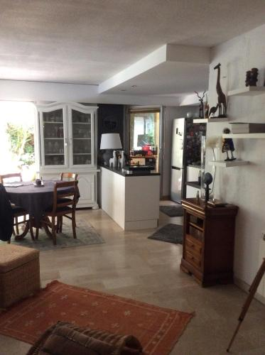 rdj calme,parking,wifi : Appartement proche de Mougins