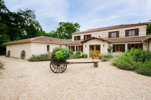 Montpon-Menesterol Villa Sleeps 26 Pool Air Con : Hebergement proche de Saint-Laurent-des-Hommes