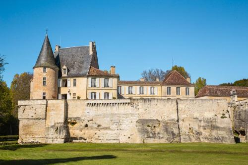 Lamonzie-Montastruc Chateau Sleeps 20 Pool WiFi : Hebergement proche de Saint-Agne
