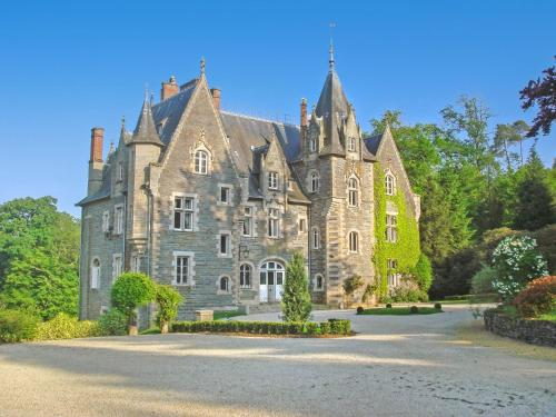Poubreuil Chateau Sleeps 35 Pool : Hebergement proche de Carentoir