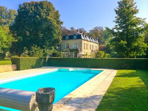 Ognon Chateau Sleeps 12 Pool WiFi : Hebergement proche de Saintines