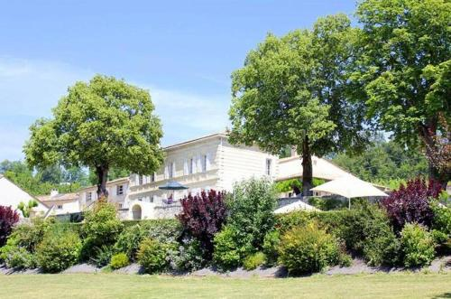 Saint-Germain-de-la-Riviere Chateau Sleeps 9 Pool : Hebergement proche de Vayres