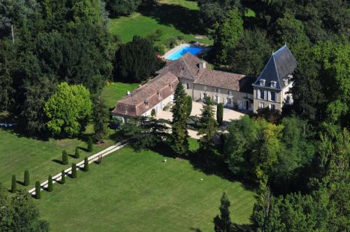 Cahuzac Chateau Sleeps 12 Pool WiFi : Hebergement proche de Saint-Maurice-de-Lestapel