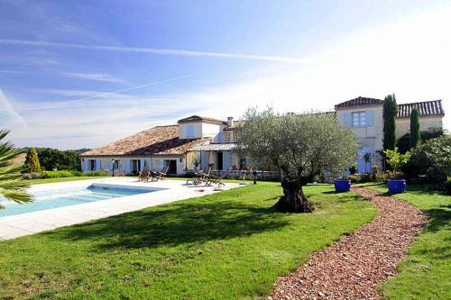 Rouquette Villa Sleeps 12 Pool WiFi : Hebergement proche de Saint-Colomb-de-Lauzun