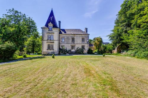 Longueville Villa Sleeps 10 Pool WiFi : Hebergement proche de Saint-Thuriau