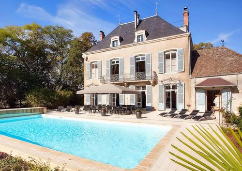 Lans Chateau Sleeps 14 Pool Air Con WiFi : Hebergement proche de Saint-Germain-du-Plain