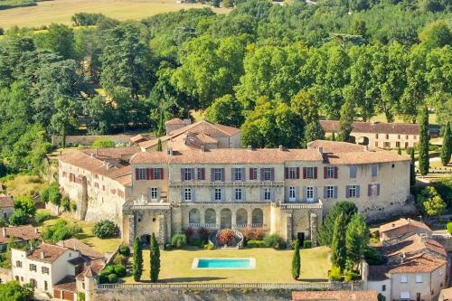 Poudenas Chateau Sleeps 24 Pool WiFi : Hebergement proche de Saint-Pé-Saint-Simon