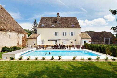 Sermesse Chateau Sleeps 12 Pool WiFi : Hebergement proche de Saint-Martin-en-Bresse