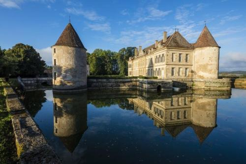 Missery Chateau Sleeps 14 Pool WiFi : Hebergement proche de Saint-Anthot