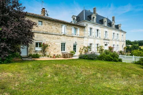 Hiersac Chateau Sleeps 8 Pool WiFi : Hebergement proche de Triac-Lautrait