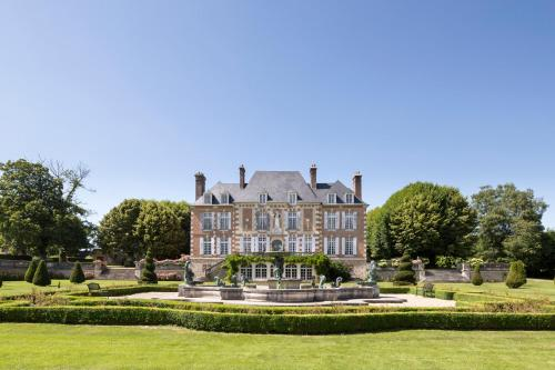 Saint-Maclou Chateau Sleeps 28 Pool : Hebergement proche de La Chapelle-Bayvel