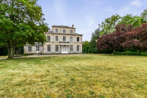 Betz Chateau Sleeps 8 WiFi : Hebergement proche de Le Plessis-Placy