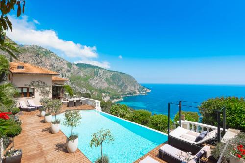 Eze Villa Sleeps 10 Pool Air Con WiFi : Hebergement proche de Cantaron