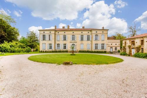 Castelnau-Picampeau Chateau Sleeps 17 Pool WiFi : Hebergement proche de Saint-Michel