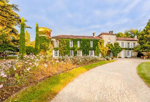 Larressingle Chateau Sleeps 50 Pool WiFi : Hebergement proche de Cazeneuve