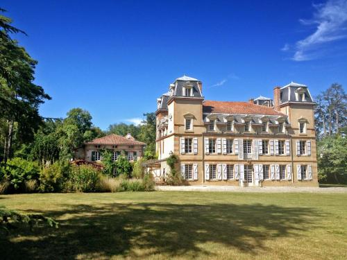 Castagnac Chateau Sleeps 10 Pool WiFi : Hebergement proche de Marliac