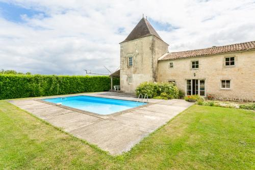 Belluire Villa Sleeps 12 Pool WiFi : Hebergement proche de Saint-Georges-Antignac