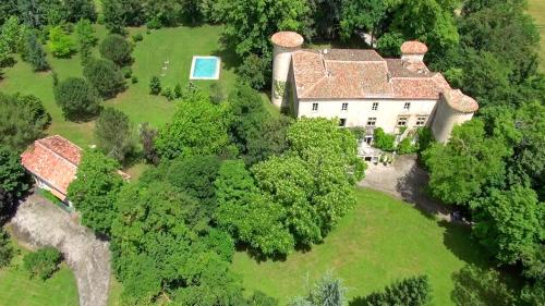 Plaigne Chateau Sleeps 28 Pool WiFi : Hebergement proche de Saint-Julien-de-Briola