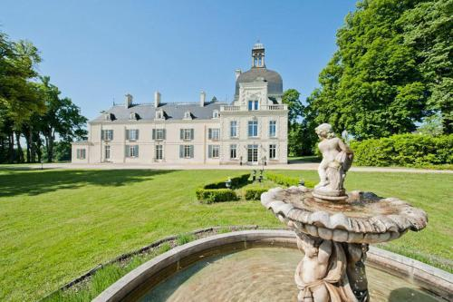 Jaulnay Chateau Sleeps 14 Pool WiFi : Hebergement proche de Ports