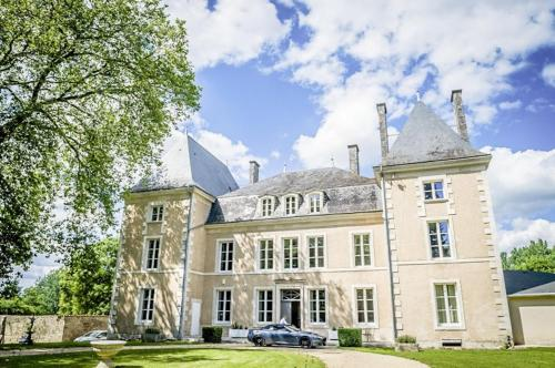 Benest Chateau Sleeps 80 Pool Air Con WiFi : Hebergement proche de Beaulieu-sur-Sonnette