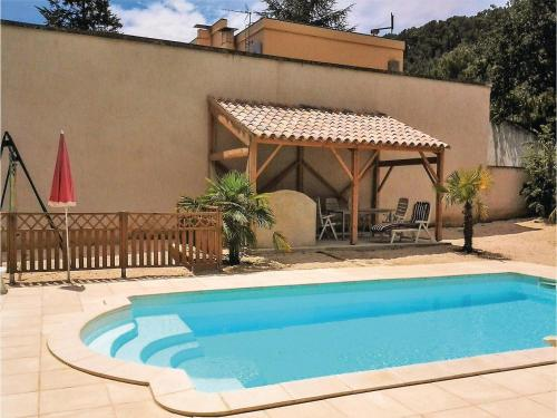 Six-Bedroom Holiday Home in Bagnols-sur-Ceze : Hebergement proche de Vénéjan