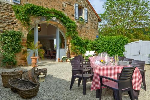 Marigny-le-Cahouet Villa Sleeps 12 Pool WiFi : Hebergement proche de Saint-Anthot