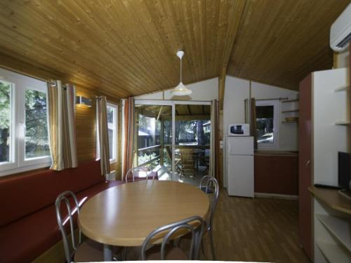 Two-Bedroom Chalet in Residence Located in the Heart of a Pine Forest 186 : Hebergement proche d'Agde