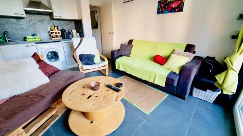 Cozy Studio, large Terrace and Private Parking : Appartement proche de Saint-André-de-la-Roche