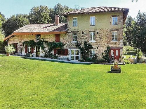Five-Bedroom Holiday Home in St. Paul de Varax : Hebergement proche de Vandeins