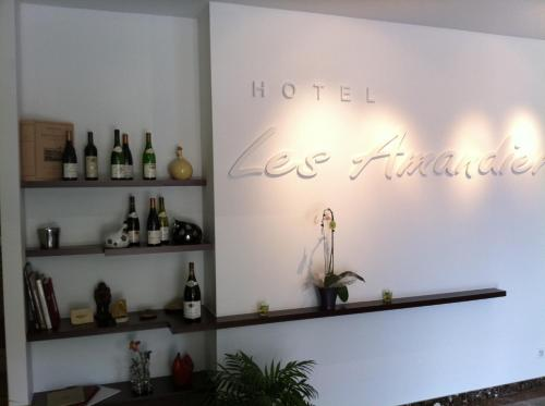 Hotel The Originals Les Amandiers : Hotel proche de Plats