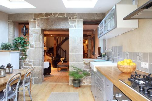 Town House In Quaint Breton Village : Hebergement proche de Malguénac