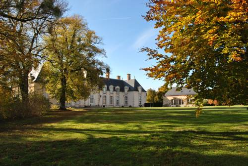 Chateau La Touanne Avec Piscine Chauffée - With Heated Swimming Pool : Chambres d'hotes/B&B proche de Baccon