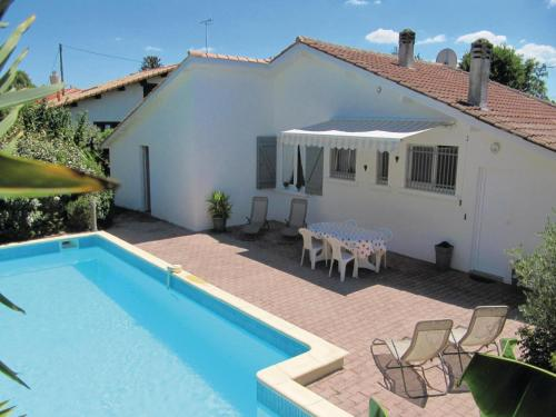 Four-Bedroom Holiday Home in Le Porge : Hebergement proche de Le Temple
