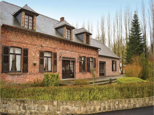 Four-Bedroom Holiday Home in La Neuville L. Dorengt : Hebergement proche de Bergues-sur-Sambre