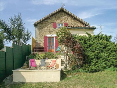 Three-Bedroom Holiday Home in Lahitte Toupiere : Hebergement proche de Simacourbe