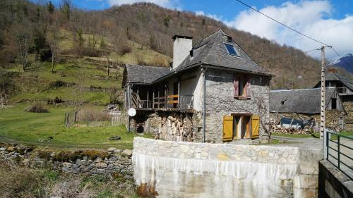 Mountain House with Beautiful Views and Real Fires : Hebergement proche de Sentein