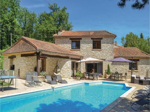 Six-Bedroom Holiday Home in Montrem : Hebergement proche de Léguillac-de-l'Auche