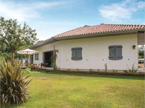 Four-Bedroom Holiday Home in Charritte de Bas : Hebergement proche de Gestas
