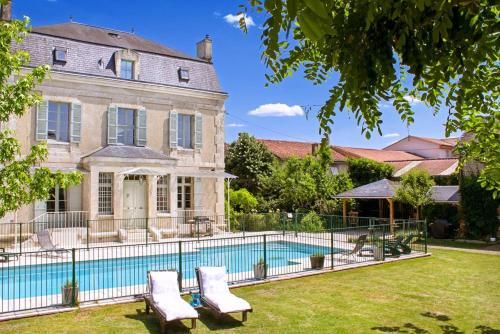 Le Sol Chateau Sleeps 16 Pool Air Con WiFi : Hebergement proche de Saint-Aquilin