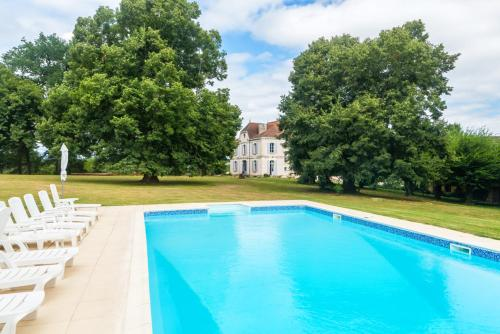 La Ressegue Chateau Sleeps 20 Pool WiFi : Hebergement proche de Ginestet