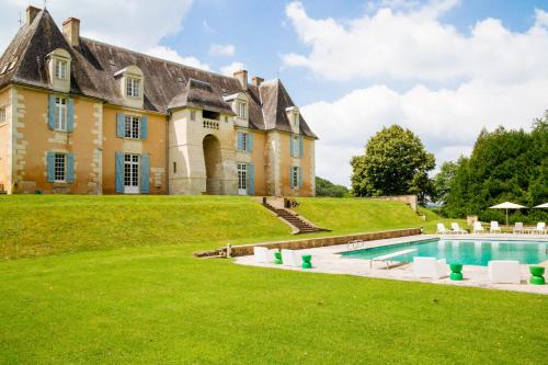 Les Taleyrandies Chateau Sleeps 16 Pool WiFi : Hebergement proche de Saint-Geyrac