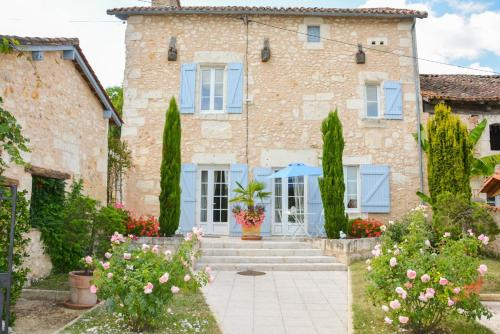 Saint-Germain-du-Salembre Villa Sleeps 7 Pool WiFi : Hebergement proche de Saint-Aquilin