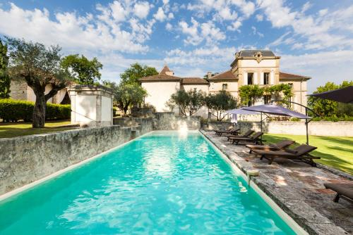 Montjoi Chateau Sleeps 26 Pool WiFi : Hebergement proche de Grayssas